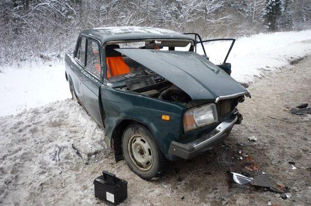 Водитель отечественного автомобиля получил травмы.