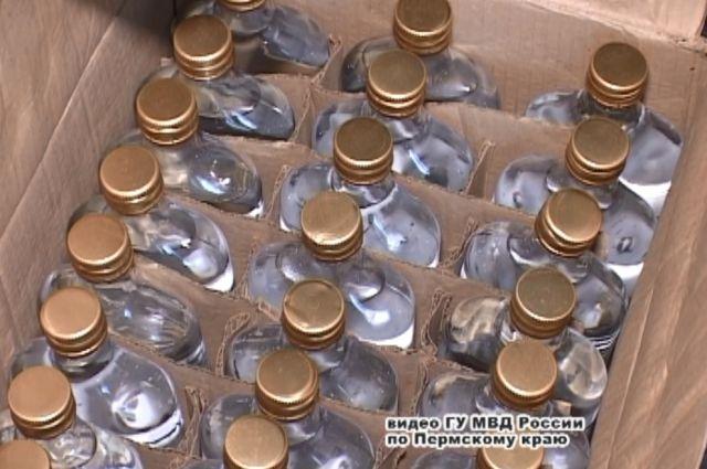 Алкоголь, произведённый кустарным способом, разливали в бутылки известных марок.