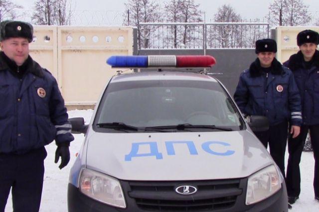 Полицейские на патрульном автомобиле довезли ребёнка до дома.