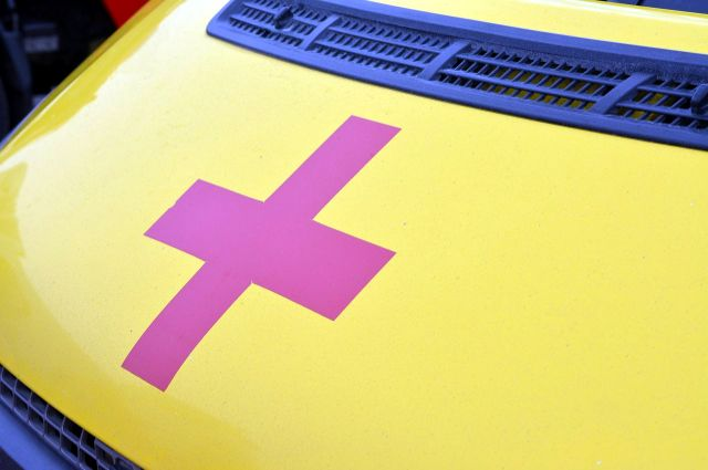 На улице Малыгина иномарка снесла светофор: пострадал один человек