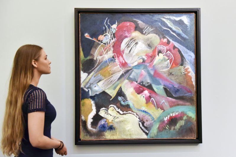 «Картина с белыми линиями» (1913), Василий Кандинский. Это произведение, до 1974 года висевшее в Третьяковской галерее, в 2017 году на торгах Sotheby's было продано за 42 млн долларов.