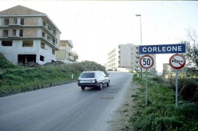 Главный герой романа «Крёстный отец» Дон Корлеоне родился в маленьком сицилийском городке Корлеоне (11 тыс. жителей).