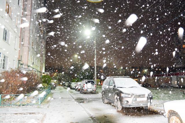Сильный снег привел к заторам на дорогах