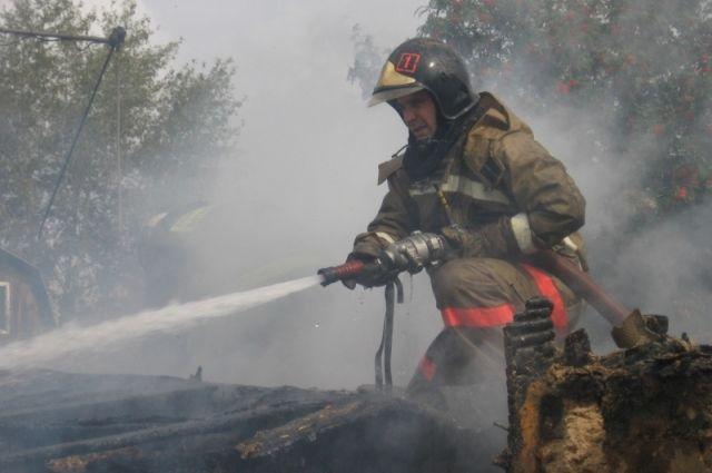 Омские пожарные спасли человека из горящей квартиры