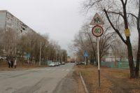 Пешеходным переходам около школ в Оренбурге не хватает фонарей, знаков и нормальной разметки.