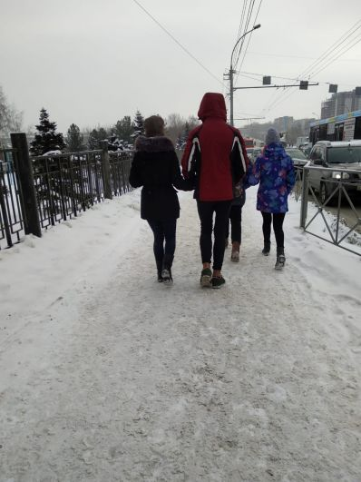 Еще одна привычка у молодого поколения мегаполиса - ходить с голыми ногами в зимнее время года. Порой ноги у молодых людей синеют и краснеют от холода, но их, видимо, это не особо беспокоит.