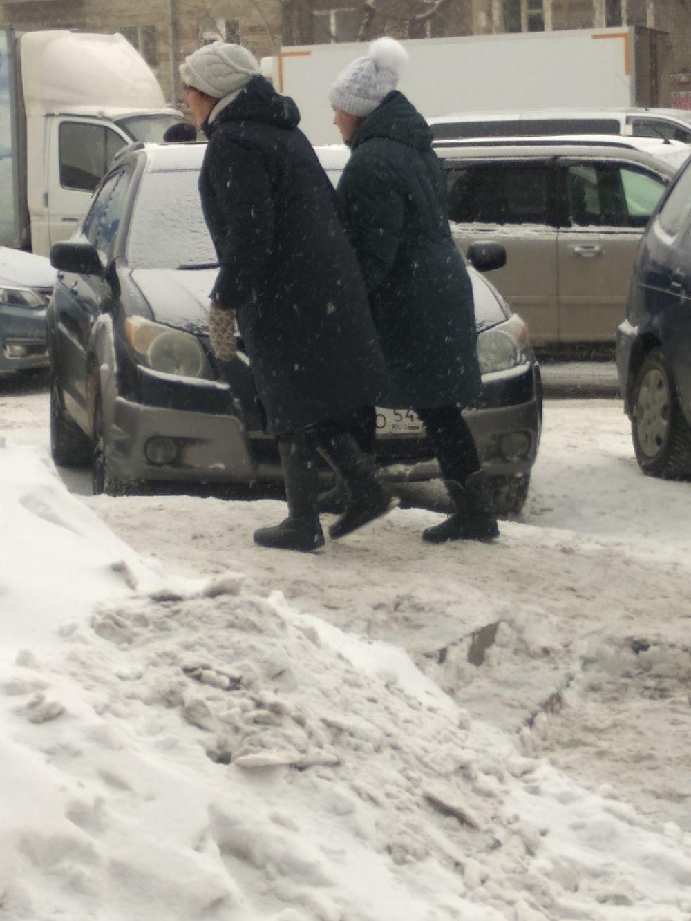 А еще в Новосибирске даже бабушки - модницы. Носят шапки с меховыми помпонами.