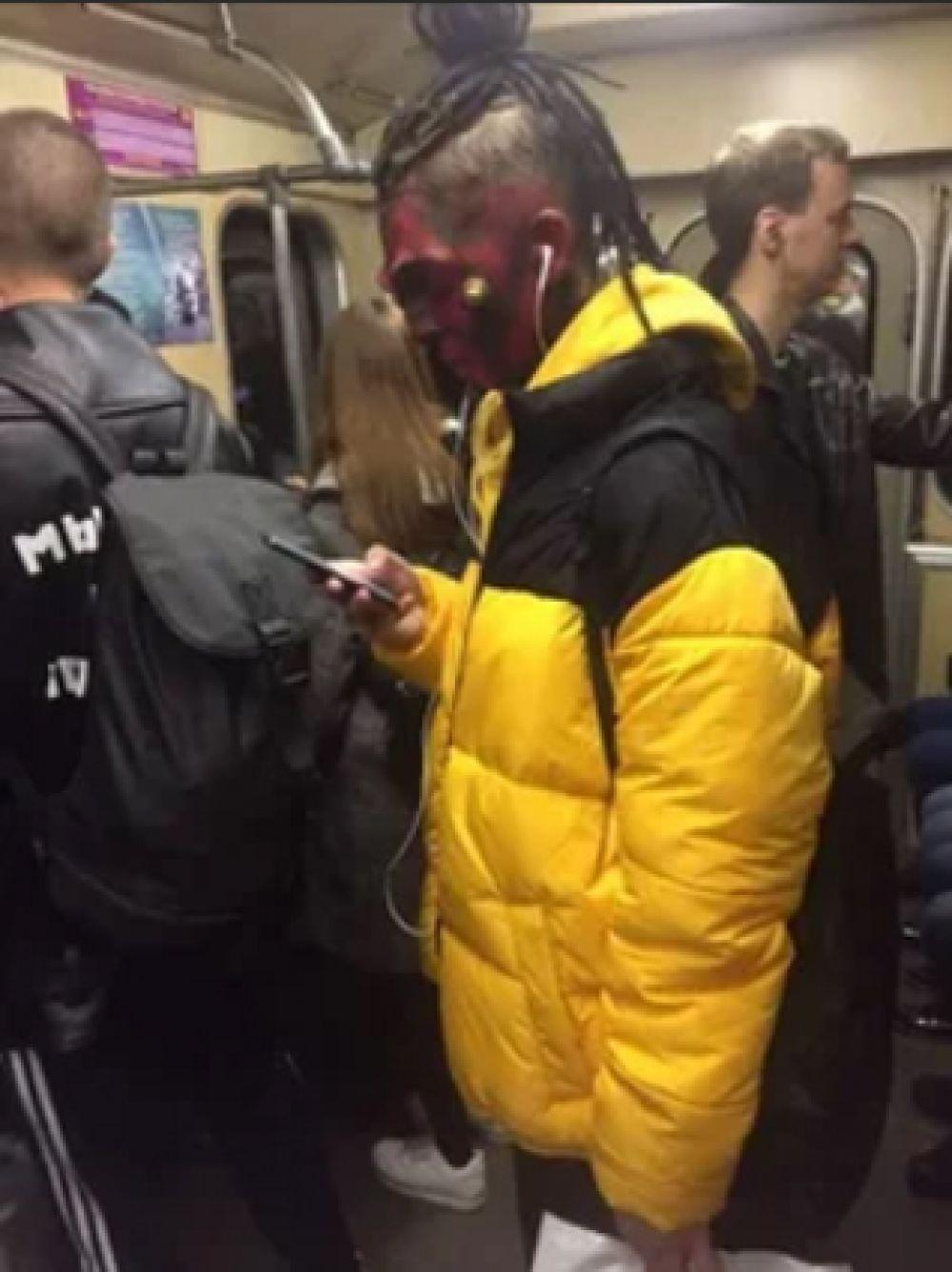И даже такие стильные ребята ездят в метро Новосибирска.