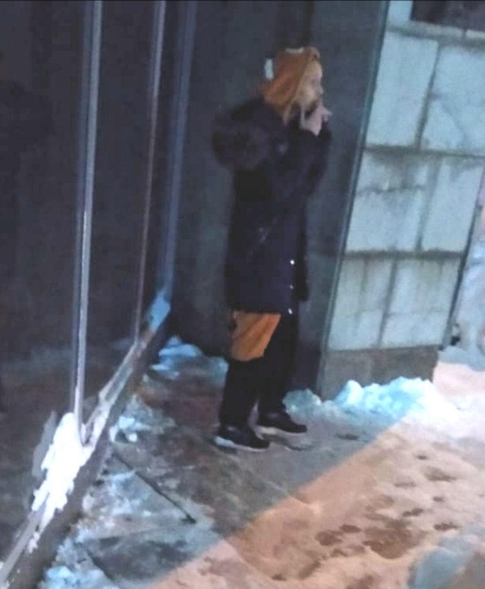 Еще одна фишка молодежи - носить пижамы кигуруми (в виде разных животных) на выход. На снимке девушка в кигуруми в виде тигра стоит зимой на улице.
