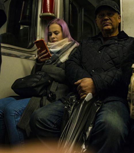 В метро молодежь шапки снимает, и там можно встретить девушек и парней с разноцветными волосами. Например, с розовыми.