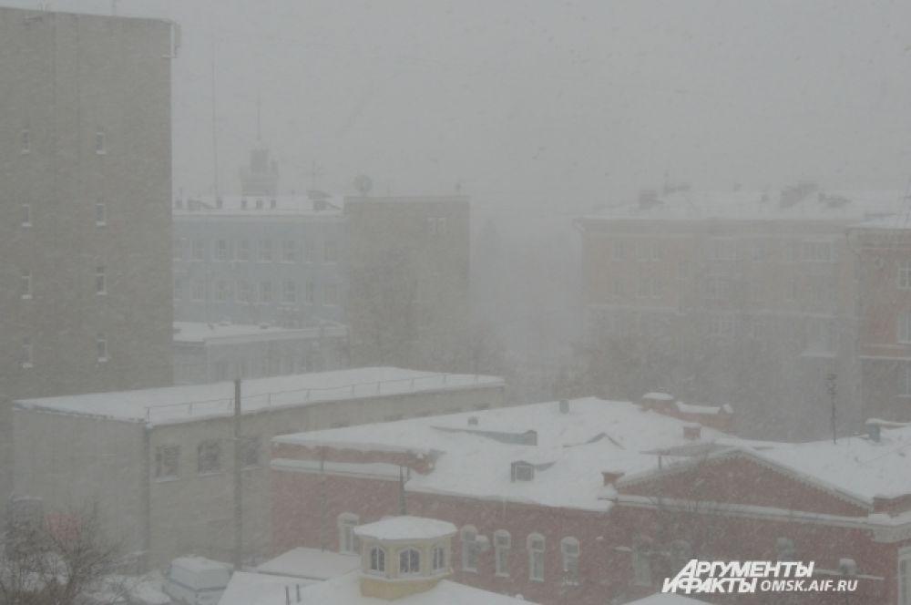 Резкое усиление снега около 12 часов дня. Снижается видимость.