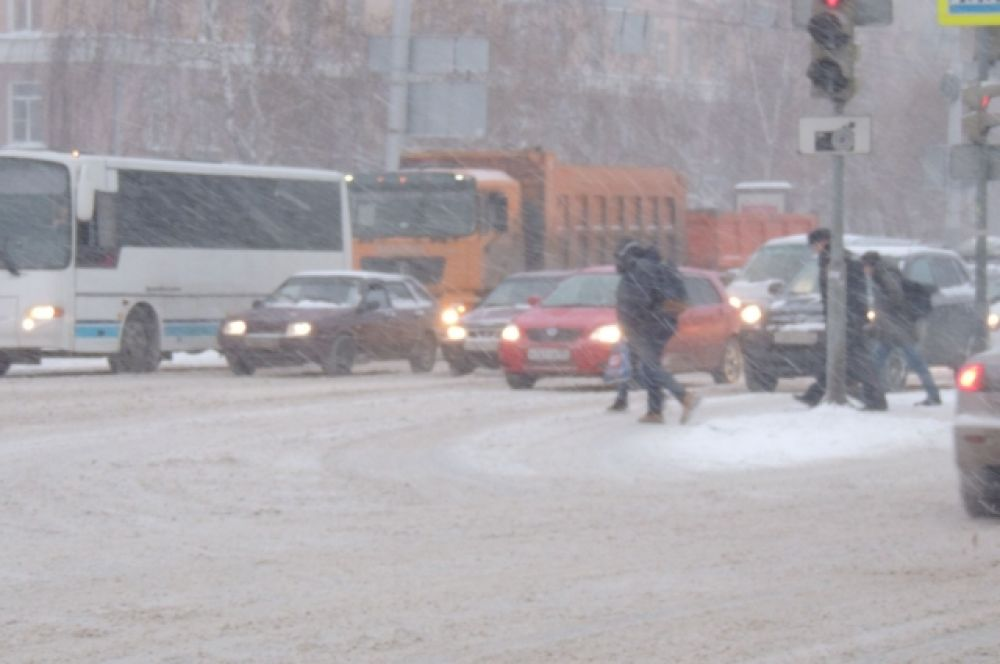 Будьте внимательны при переходе дороги! Тормозной путь транспорта увеличивается.