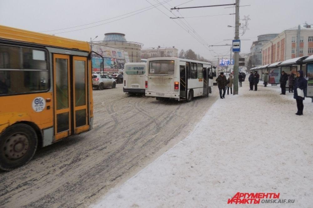 Улица Гагарина. Гололёдные явления в остановочных карманах.