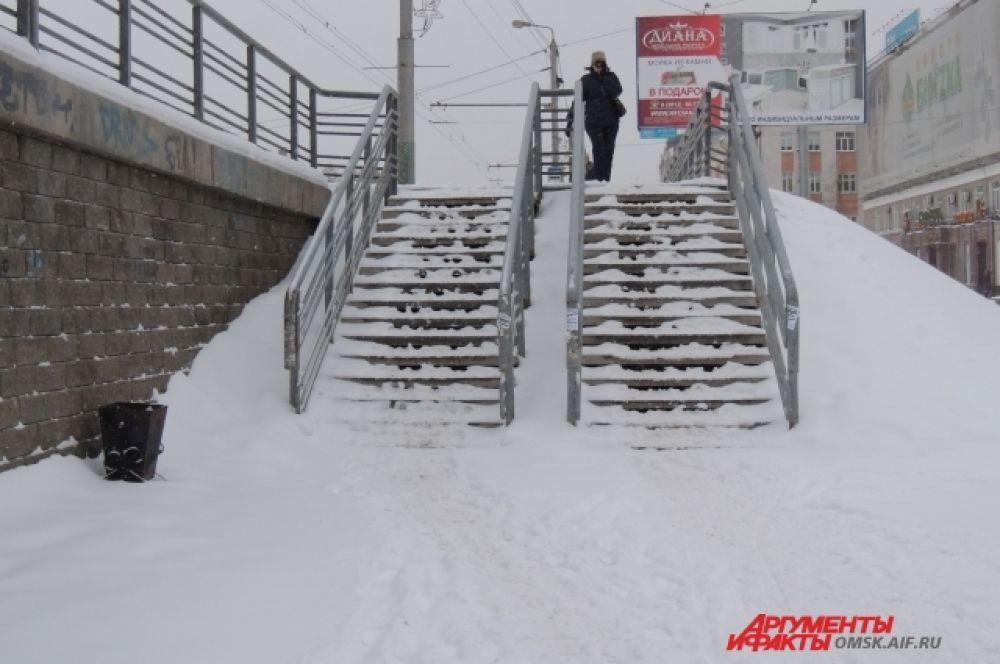 Пешеходам достаются свои проблемы: снегом заметает ступеньки.