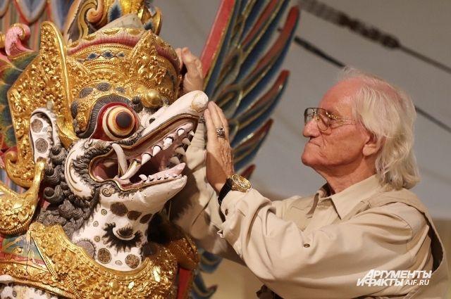 Хуберт Матишек со сказочным персонажем индусских преданий.