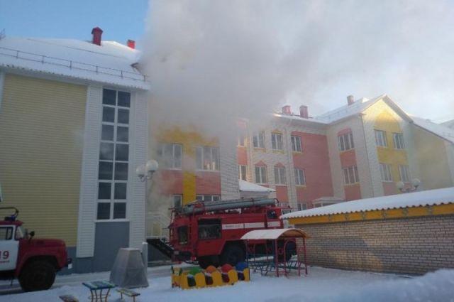 Пожар начался в подвале здания.