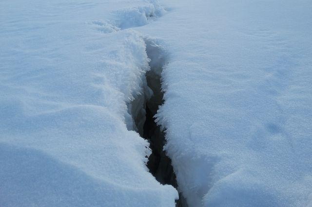Видео: в Оренбурге под мостом через Урал в лед провалился Mercedes