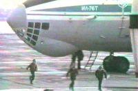 Первые дети из числа заложников бегут от Ил-76 в аэропорту Минеральных Вод.