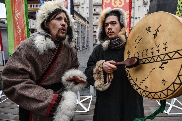 Участники фестиваля, посвященного народам Сибири и Дальнего Востока.