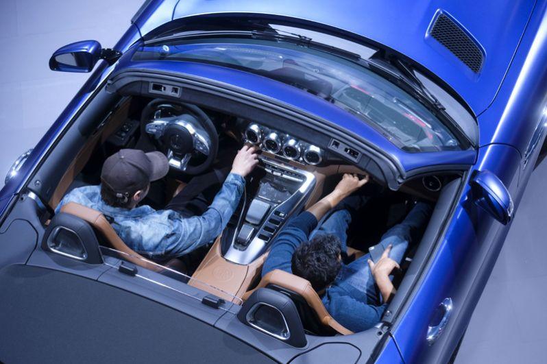Посетители на стенде Mercedes.