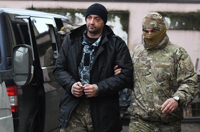 Один из задержанных моряков с кораблей ВМС Украины (слева) у суда Симферополя.