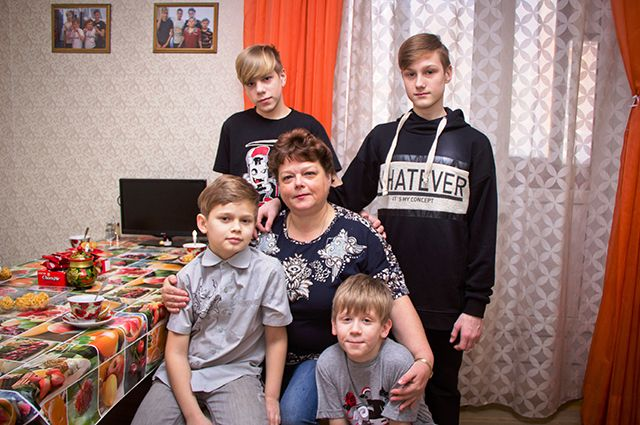 Белякова со своими мальчишками.