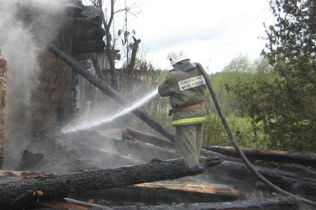 Ночью в центре Омска сгорел частный дом