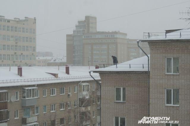 Омичи увидели на крыше 5-этажки в центре города человека, стоящего на краю