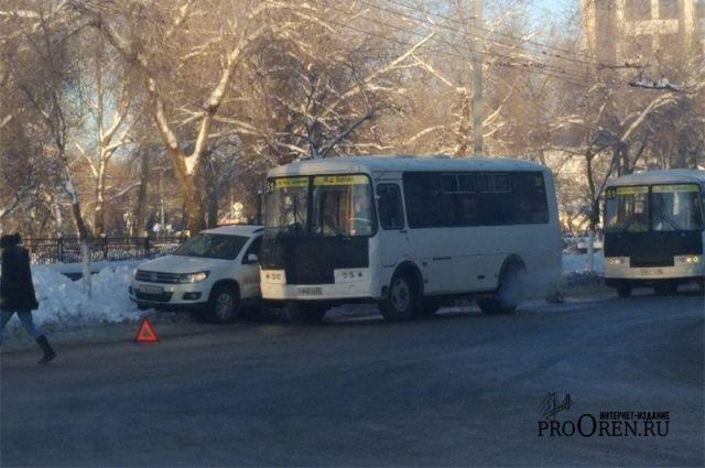 В центре Оренбурга пассажирский автобус и иномарка попали в ДТП