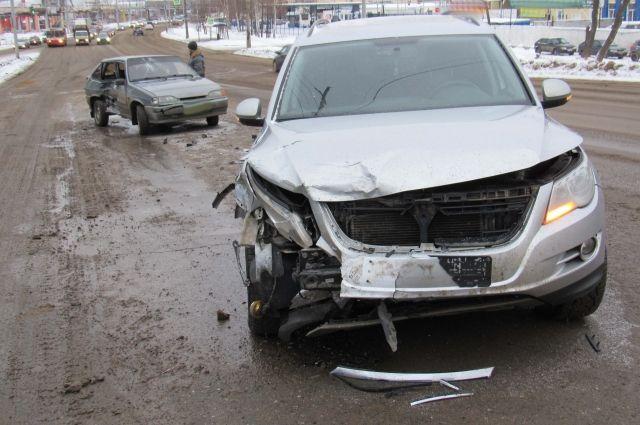 Водитель автомобиля LADA-211440, при повороте налево, не справился с управлением и выехал на встречную полосу.