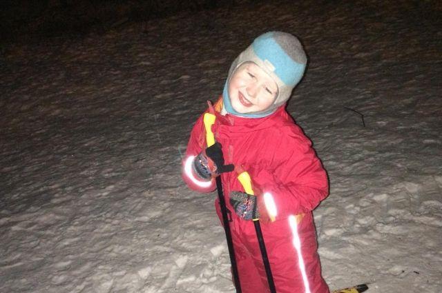 На лыжах в Омске можно прогуливаться и вечером - трассы освещены.