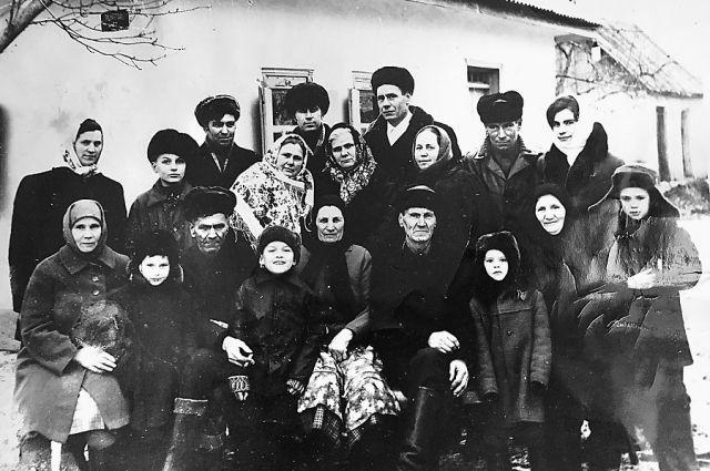 Лидия Семченко (на фото в ярком платке) через 30 лет после войны нашла родственников и старшую сестру Полину в селе Броварки на Украине.