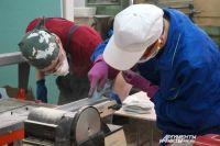 За шлифовальным станком – студенты, участники отборочного этапа по компетенции «Облицовка плиткой» (прошёл в Пермском строительном колледже).