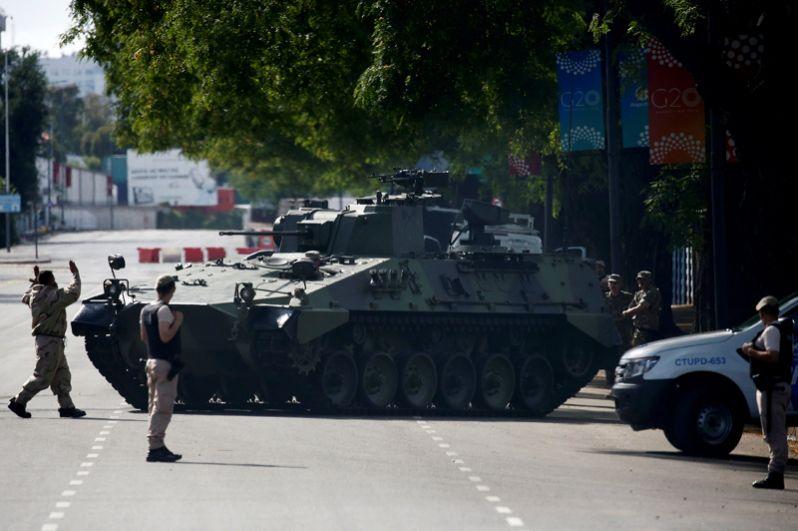 Усиленная охрана на улицах Буэнос-Айреса во время проведения саммита.