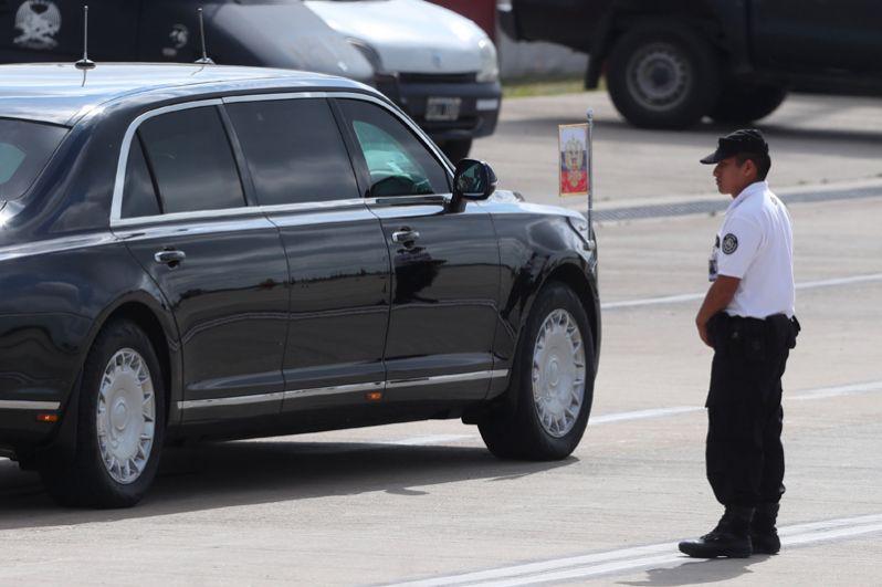 Путин использует во время своей поездки российский лимузин «Аурус».