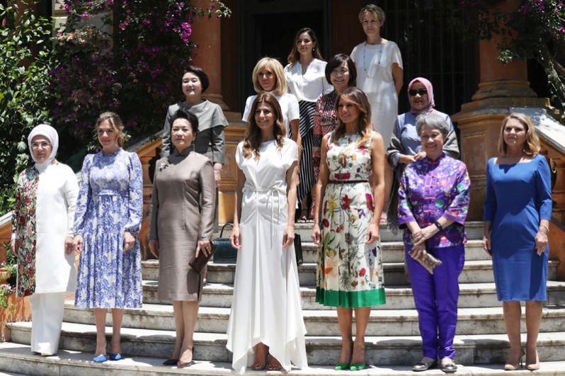 Групповая фотография первых леди государств-участников саммита.