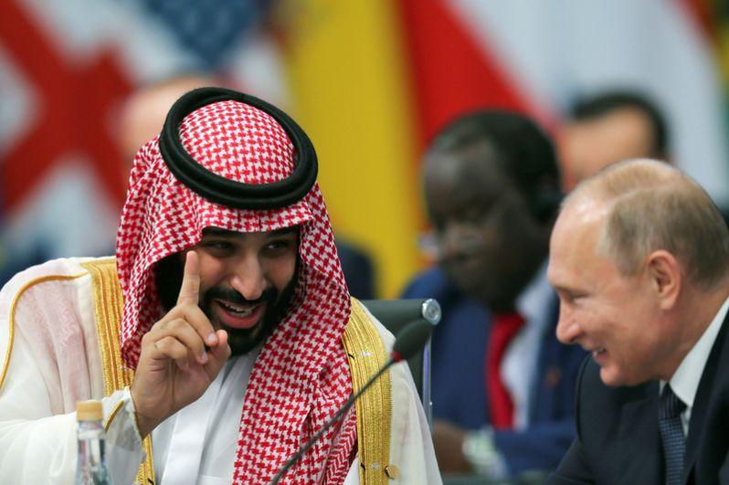 Наследный принц Саудовской Аравии Мухаммед бин Салман беседует с президентом России Владимиром Путиным во время открытия саммита лидеров «Большой двадцатки» в Буэнос-Айресе.