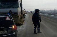 Хорошо, что до спасателей удалось дозвониться. На выручку водителю грузовика выдвинулись силы пожарно-спасательной части № 9.