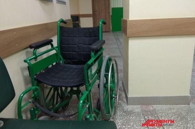 Сейчас вход в квартиру инвалида оборудован пандусом и поручнями.