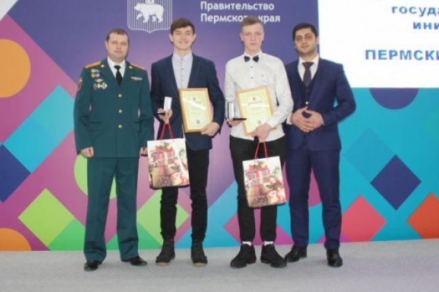 15-летним героям вручили награду и благодарственное письмо.