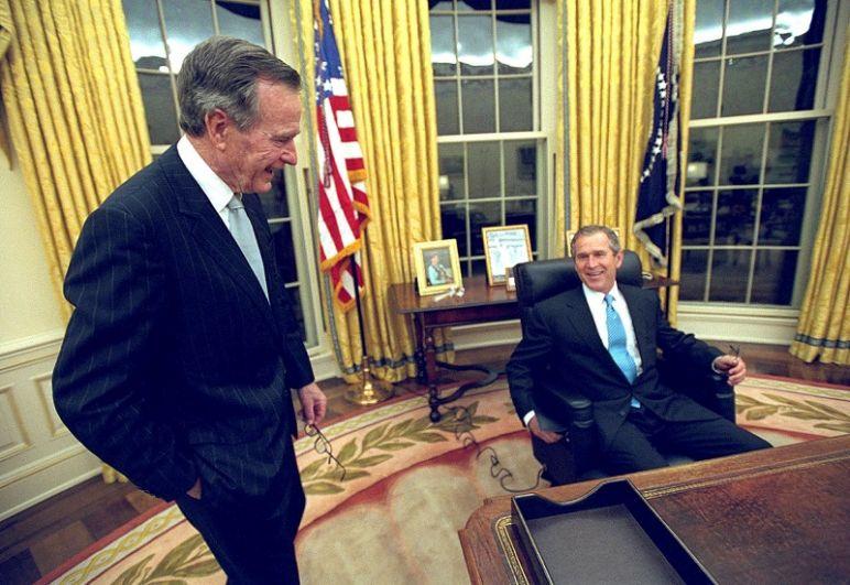 Джордж Буш-старший (слева) и ставший президентом США Джордж Буш-младший в Овальном кабинете.