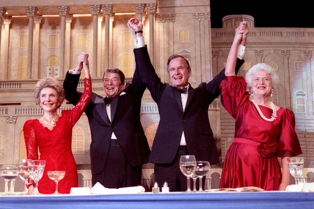 Президентский обед после победы Дж. Буша-старшего на выборах. Слева-направо: Нэнси рейган, Рональд Рейган, Джордж Буш-старший и Барбара Буш, 1988 г.