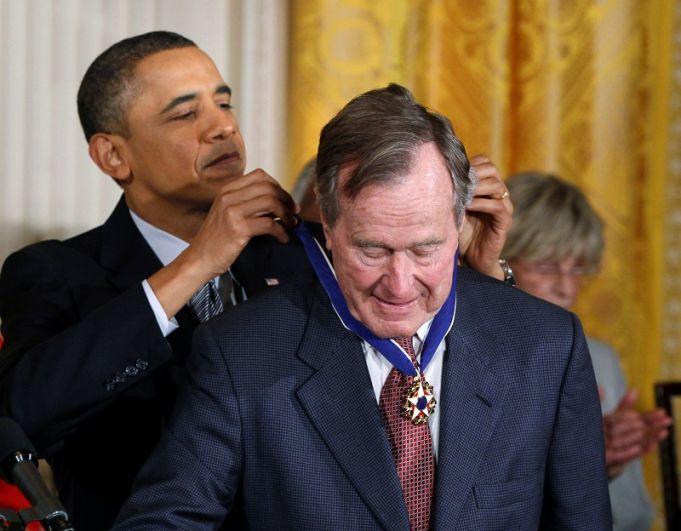 Президент США Барак Обама награждает медалью свободы бывшего президента США Джорджа Буша-старшего.