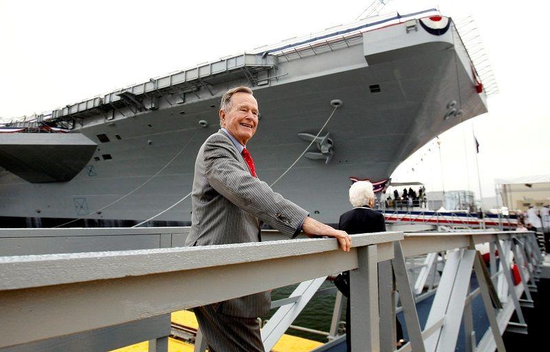 Джордж Буш-старший поднимается на авианосец ВМС США, названный в его честь, 2006 г.