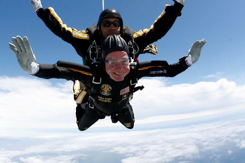 Джордж Буш-старший (внизу), отмечает свое 85-летие, прыгая с парашютом.
