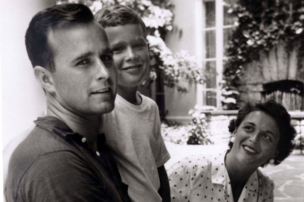 Джордж Буш-старший и Барбара Буш с сыном Джорджем. 1955 год.