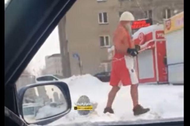 Мужчина в шортах бегает по улицам Новосибирска в мороз -20 градусов