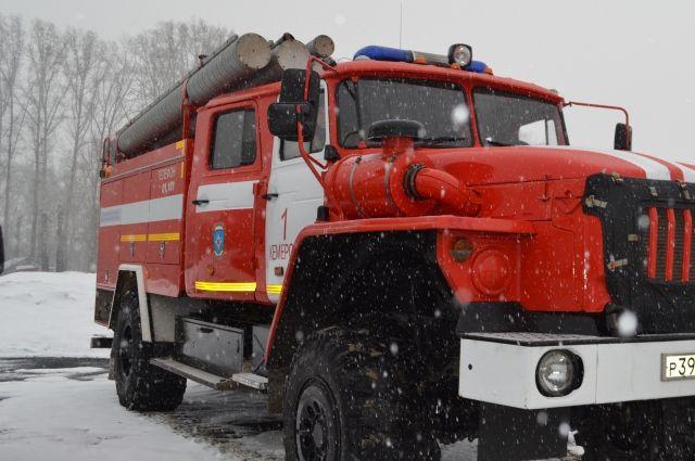 На месте крупного пожара  в перми работает несколько машин МЧС.