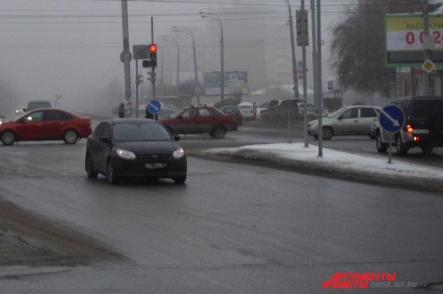 В центре Омска у грузовика взорвалось колесо – повреждены автомобили