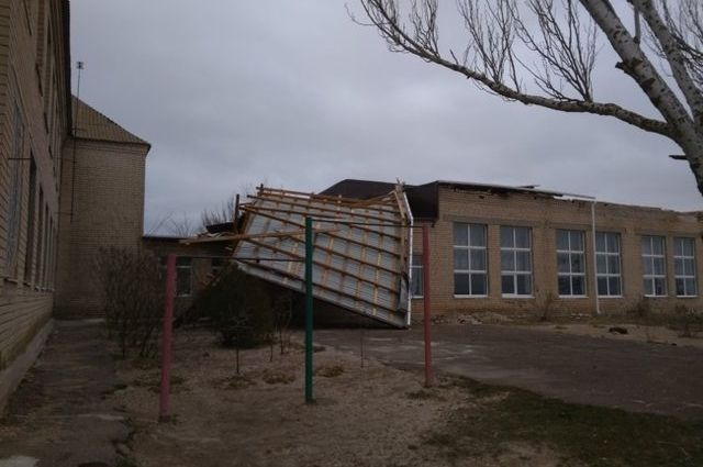 Мощь стихии: в Запорожской области ветер снес новую крышу со школы